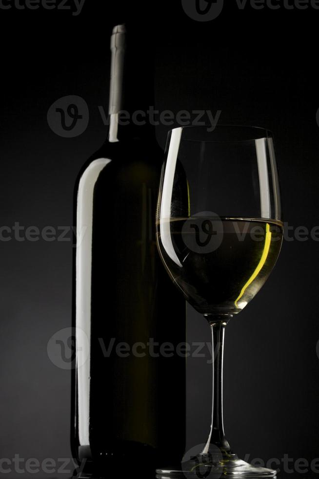Schwarzer Hintergrund der Weißweinglasschattenbild foto