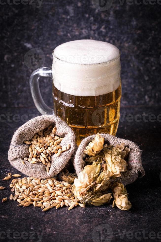 Gerste, Hopfen und Bier foto