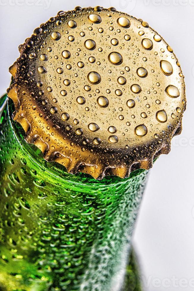 Nahaufnahme des grünen Bierflaschenverschlusses foto
