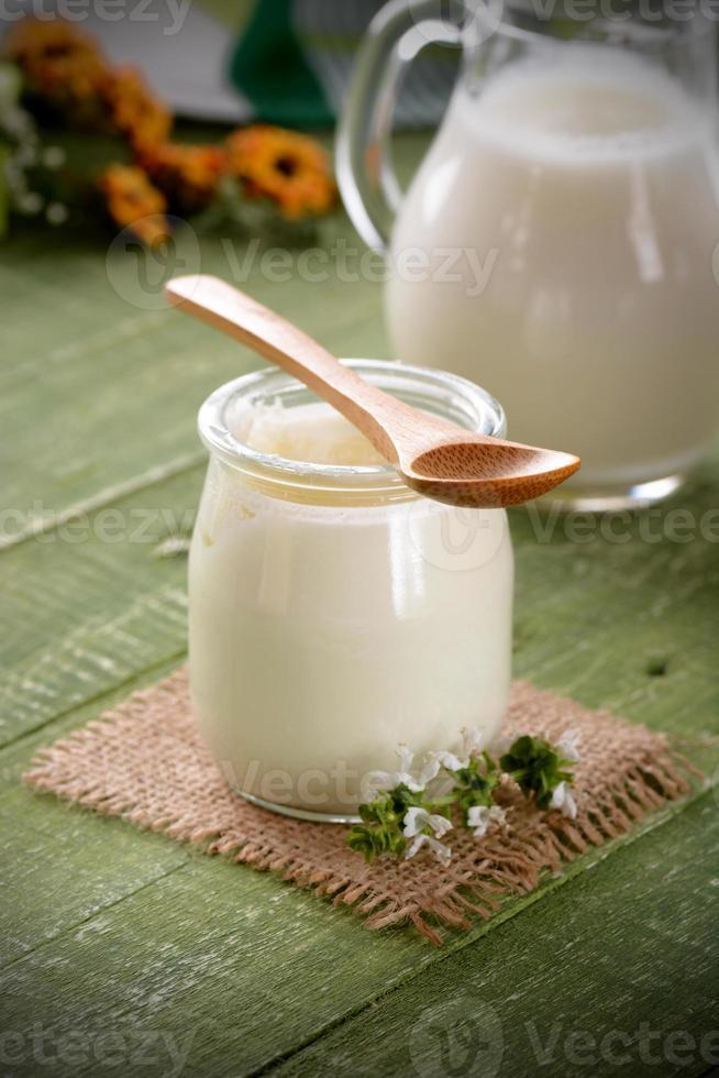 weißer Joghurt im Glas foto