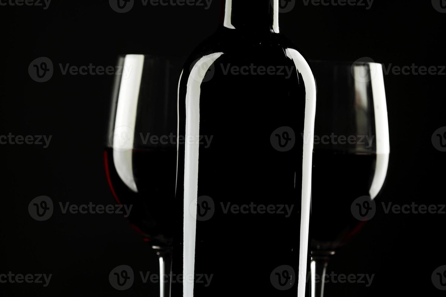 schwarzer Hintergrund des Rotweinglasschattenbildes foto