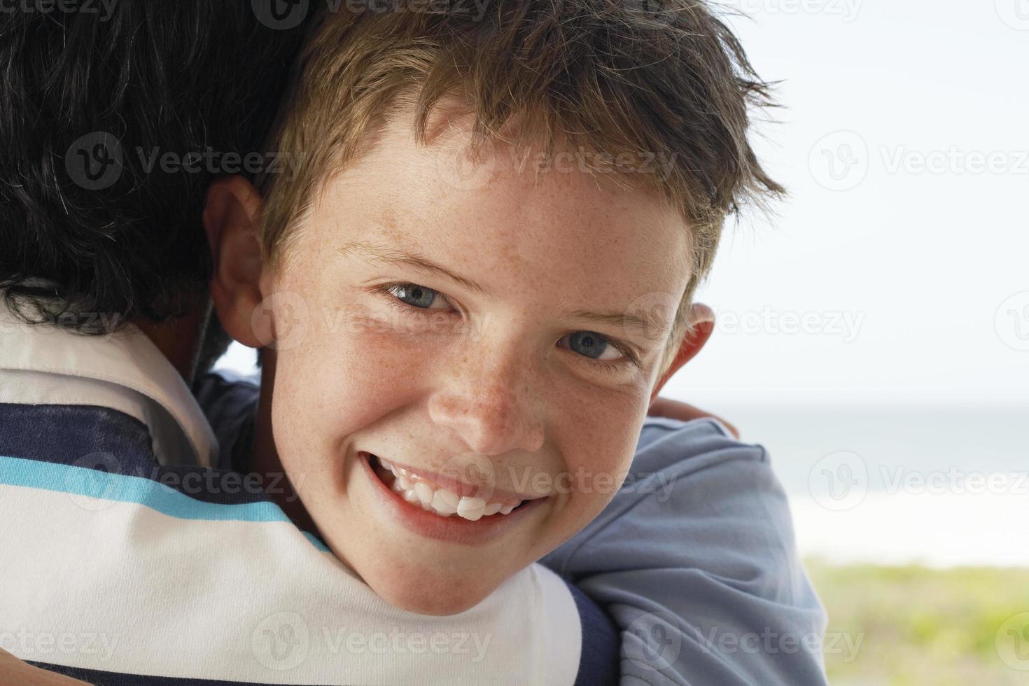 Nahaufnahme des Jungen, der Vater umarmt foto