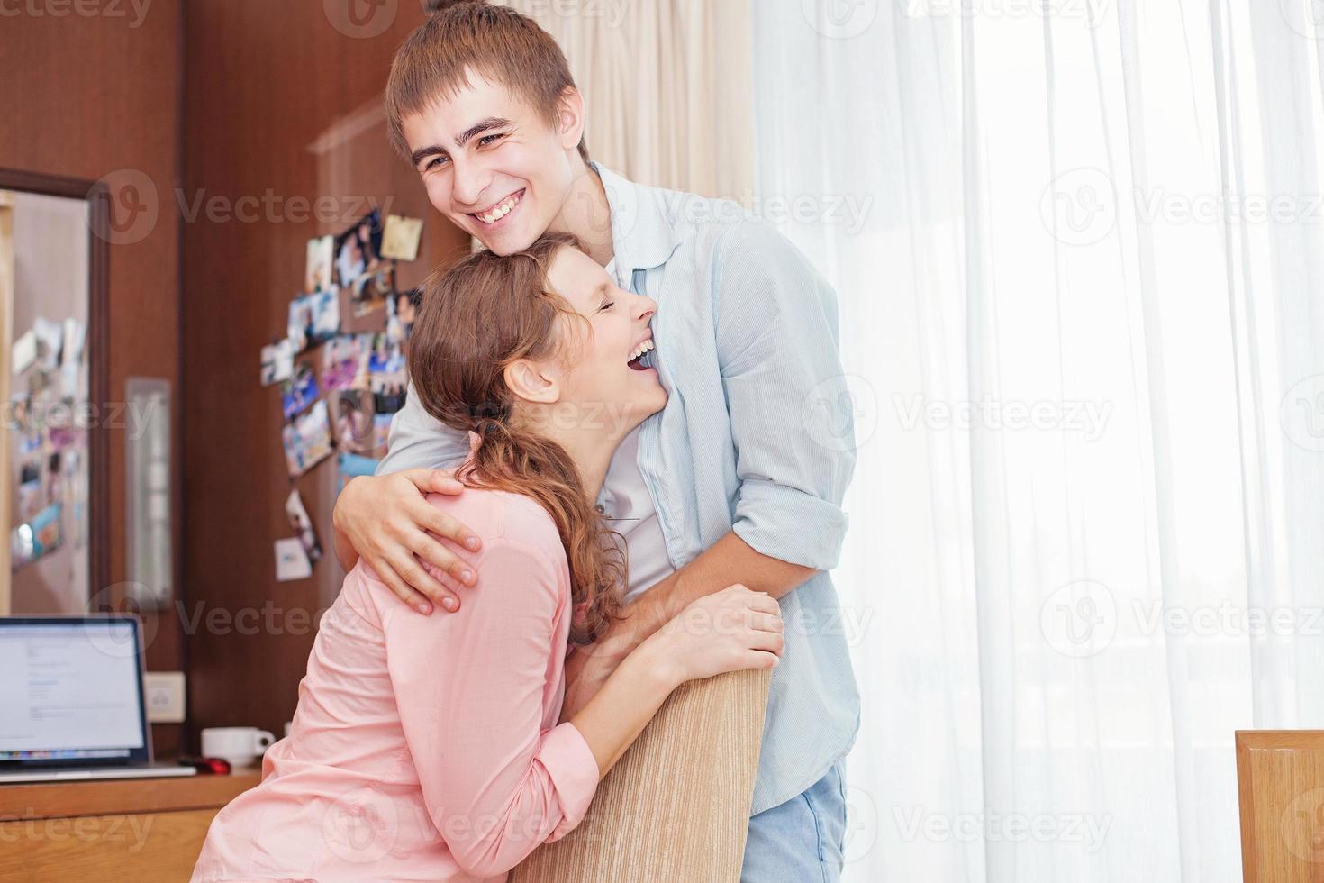 Paar laut lachen foto
