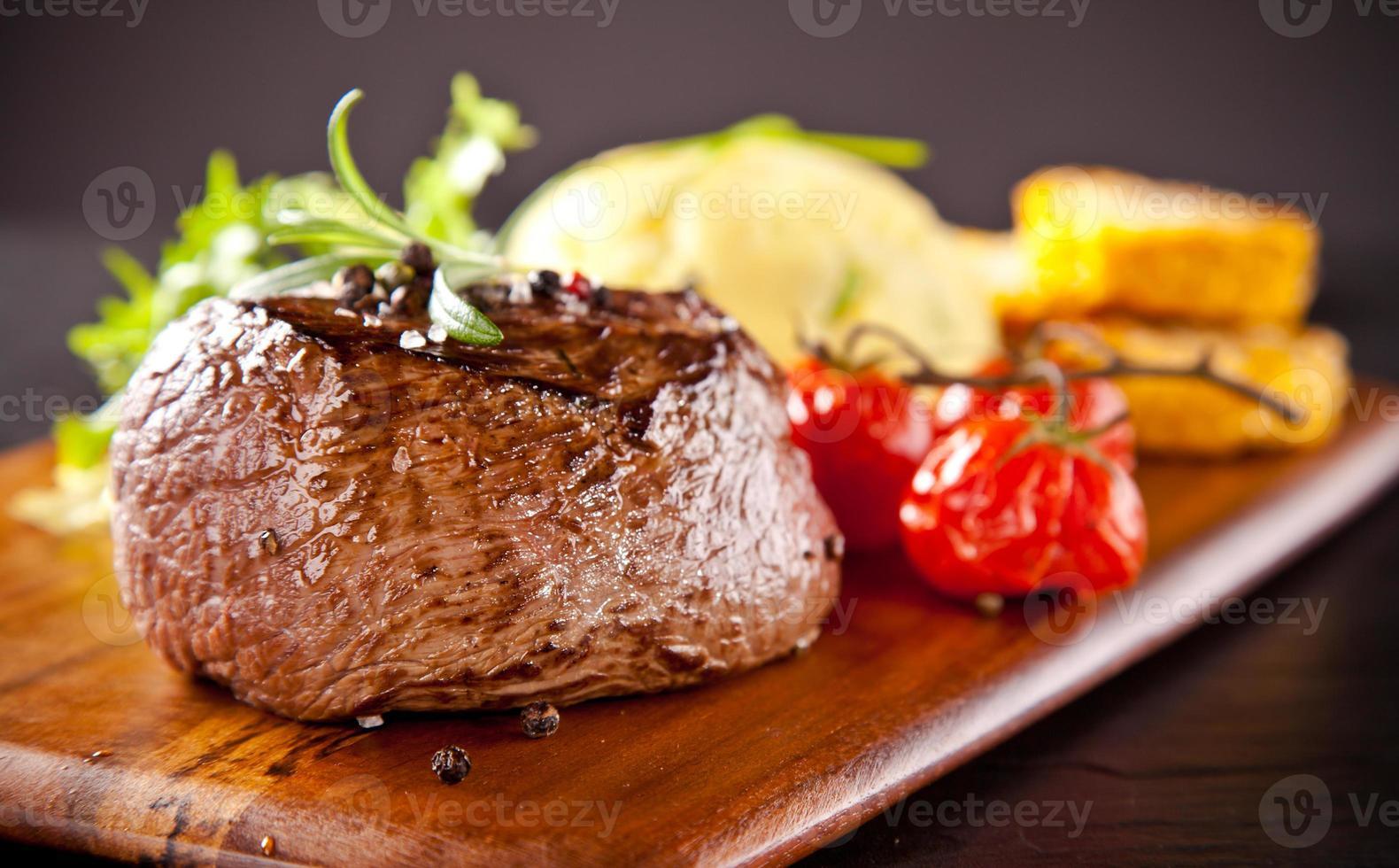 frisches Rindersteak auf schwarzem Stein foto