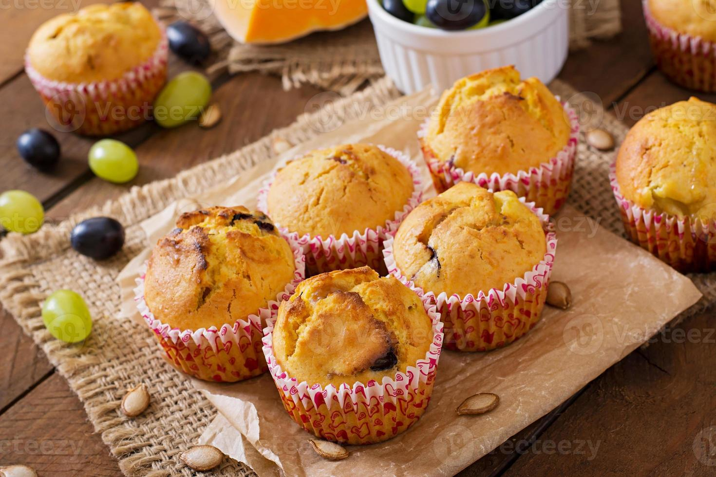 appetitliche und rötliche Muffins mit Kürbis und Trauben foto