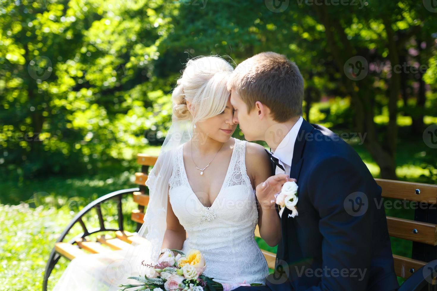 glückliches Hochzeitspaar foto