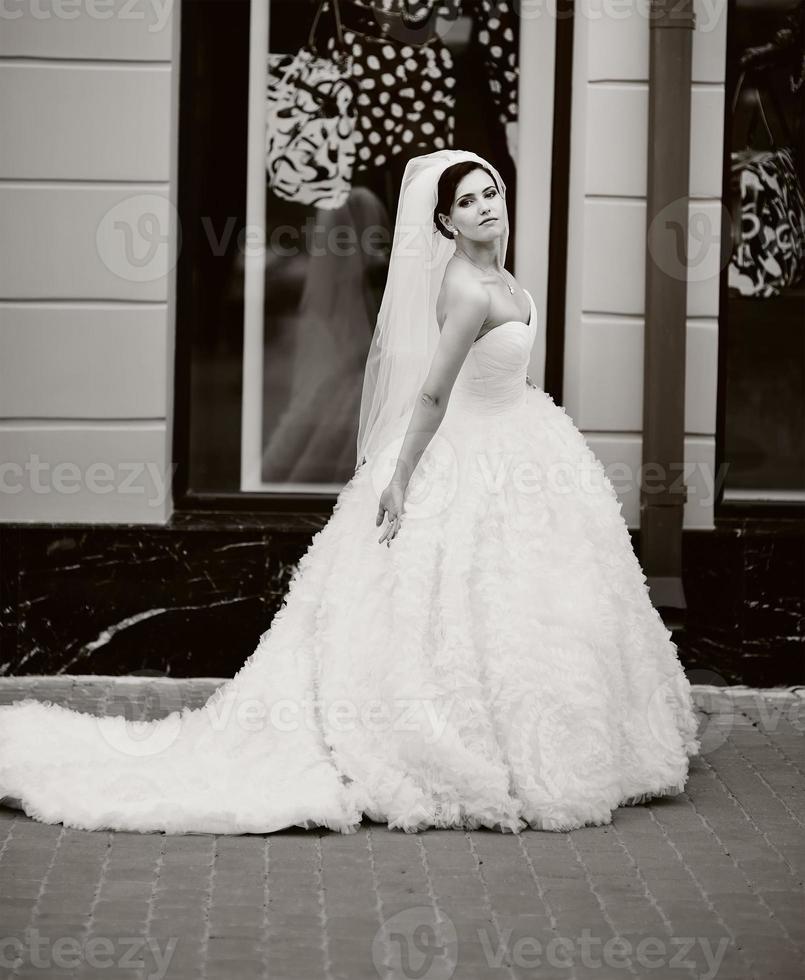 junge schöne brünette Braut. foto