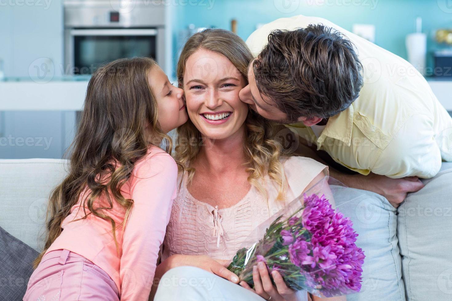Tochter überraschende Mutter mit Blumen foto