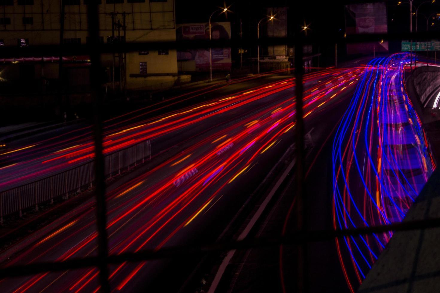 Zeitraffer der Autolichter auf der Straße foto