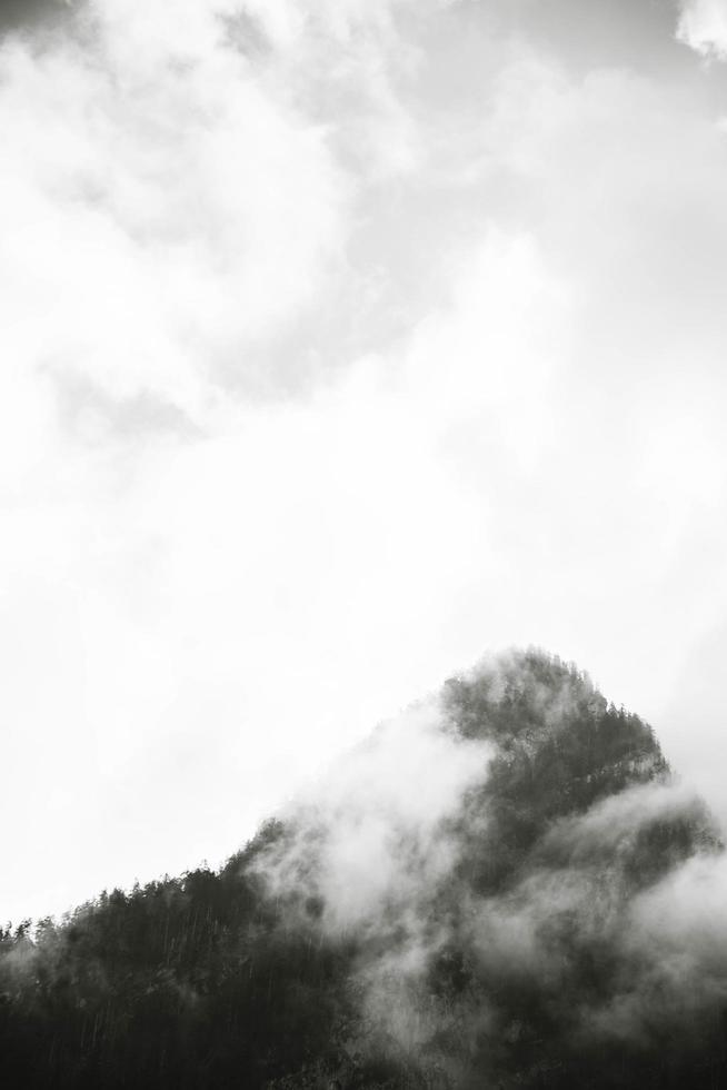 Graustufen von Berggipfel und Wolken foto