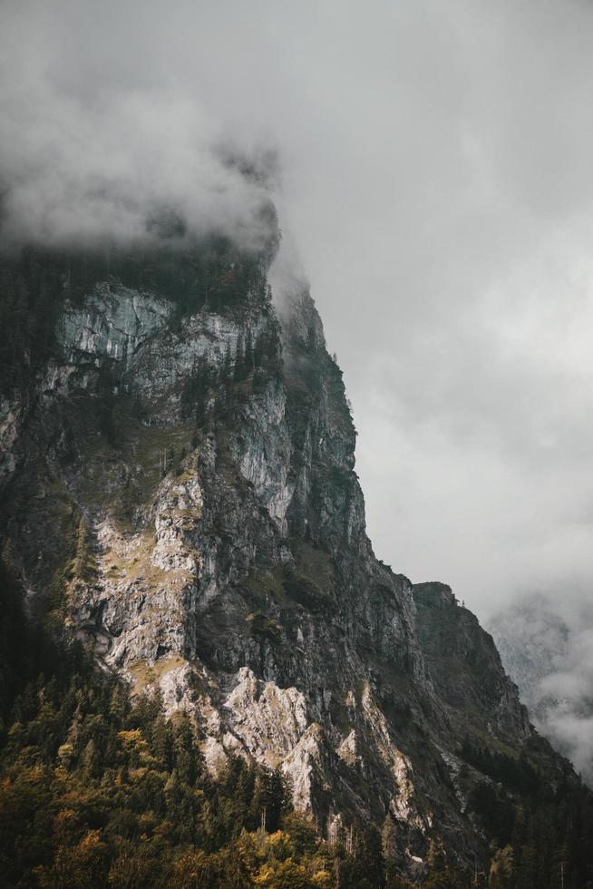 grauer Berg, umgeben von Wolken foto