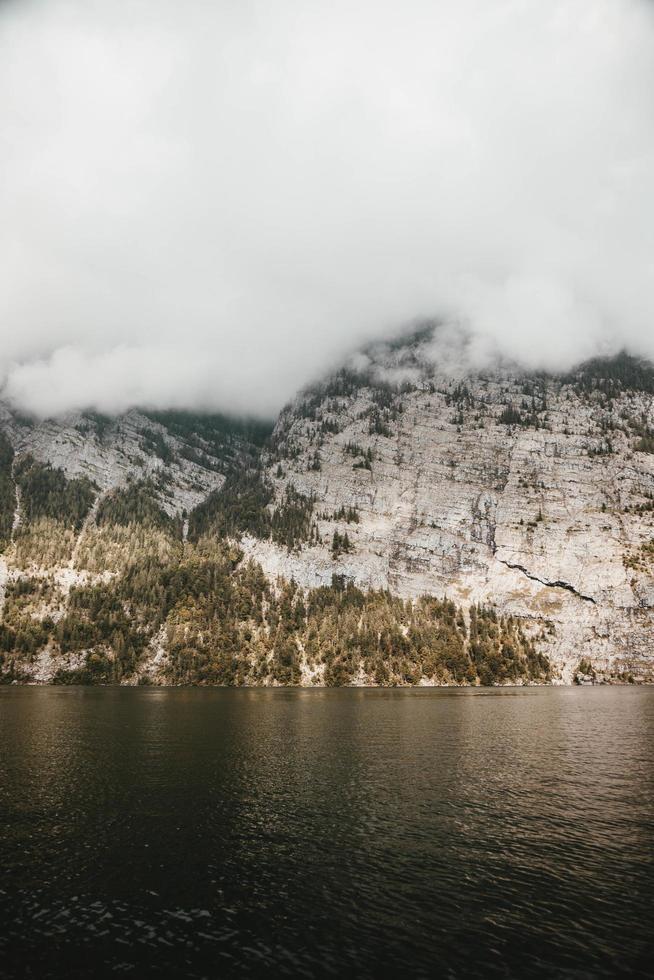 Klippe mit Nebel umgeben foto