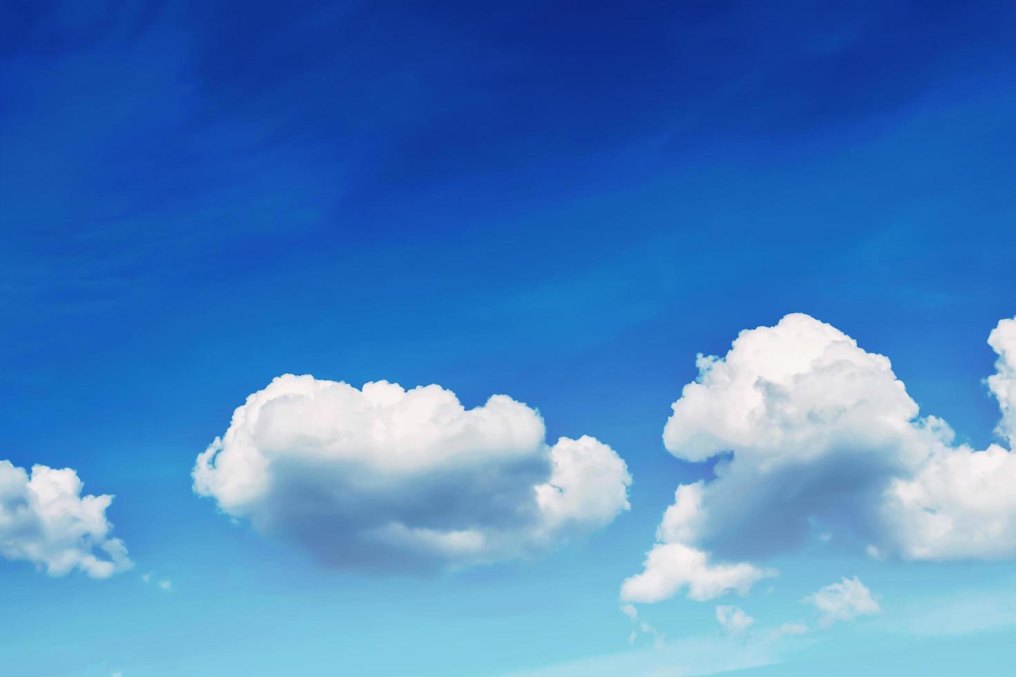 weiße geschwollene Wolken foto
