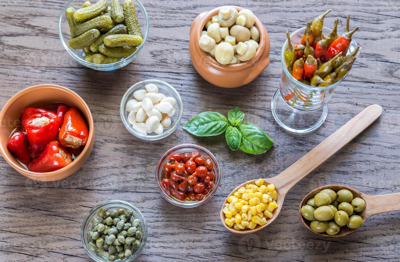 eingelegtes Gemüse auf dem hölzernen Hintergrund foto