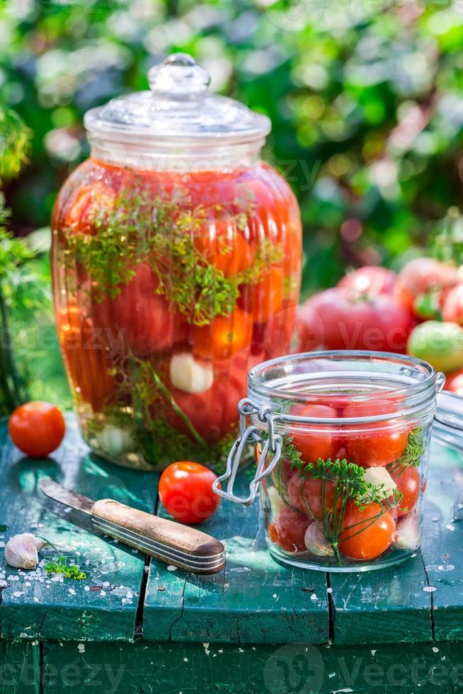 Zubereitung für eingelegte Tomaten im Glas foto