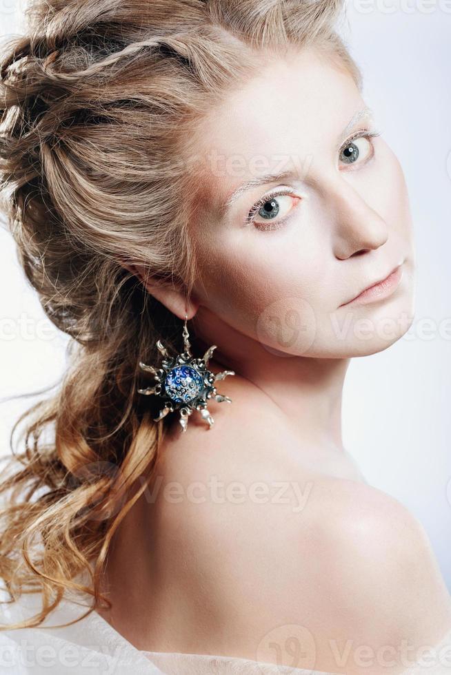 schönes Mädchen mit Glamour-Weihnachts-Make-up foto