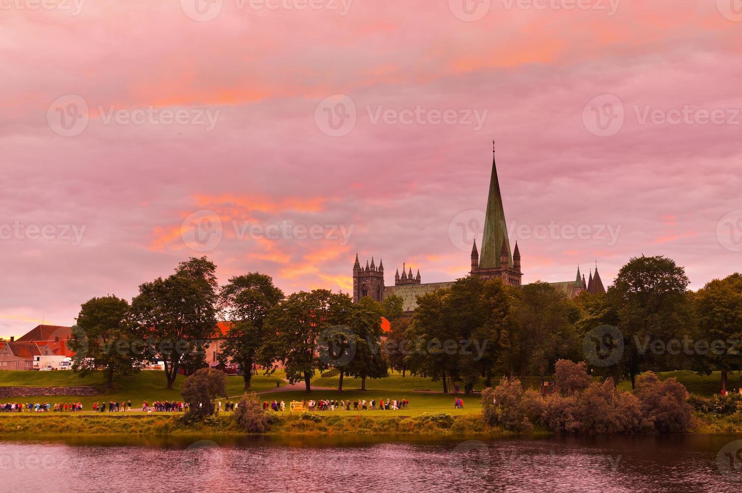 Kathedrale in Trondheim Norwegen bei Sonnenuntergang foto