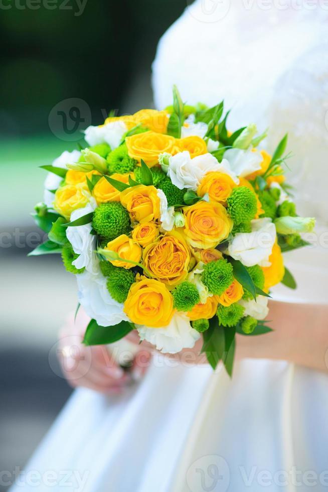 Braut hält einen Hochzeitsstrauß foto