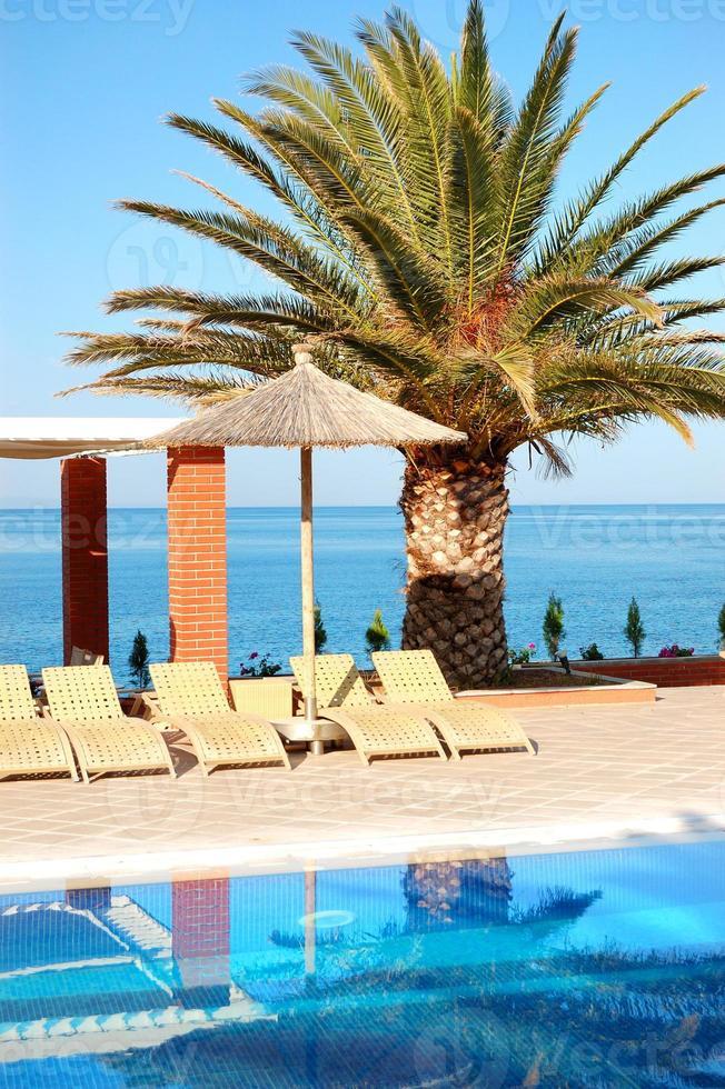 Schwimmbad am Strand im modernen Luxushotel Thassos foto