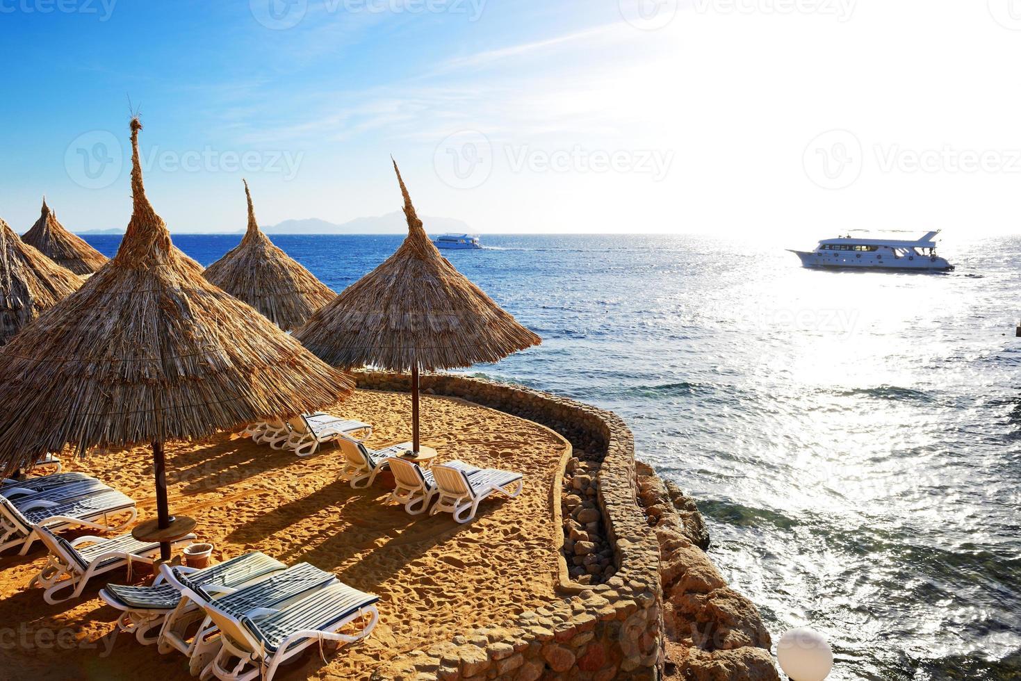 Sonnenaufgang und Strand im Luxushotel foto