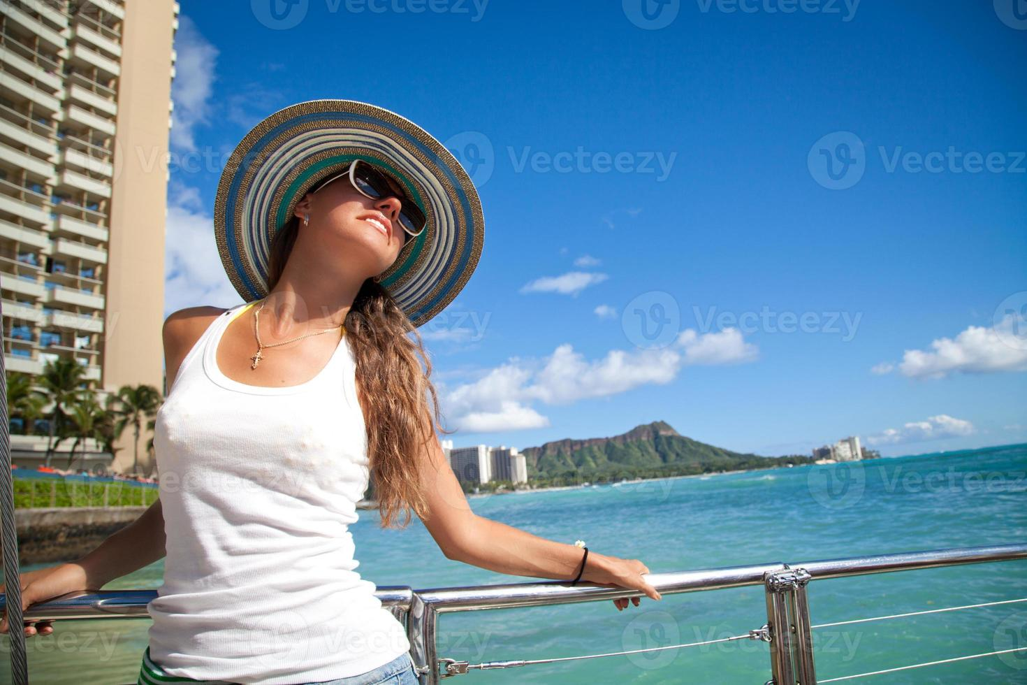 schöne Frauen träumen auf dem Deck einer Yacht foto