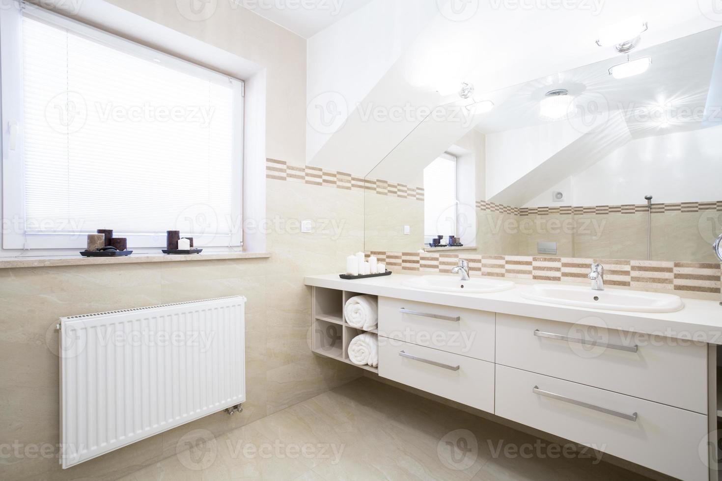 Zwei-Personen-Badezimmer im neuen Haus foto
