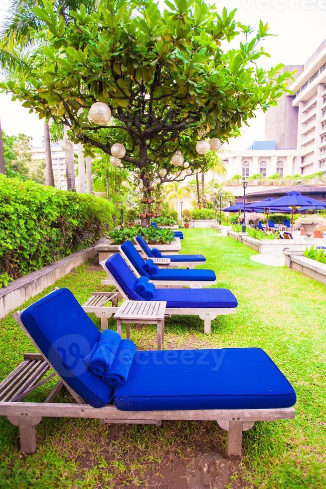 blaue Chaiselongues in der Nähe des Pools im Luxusresort foto