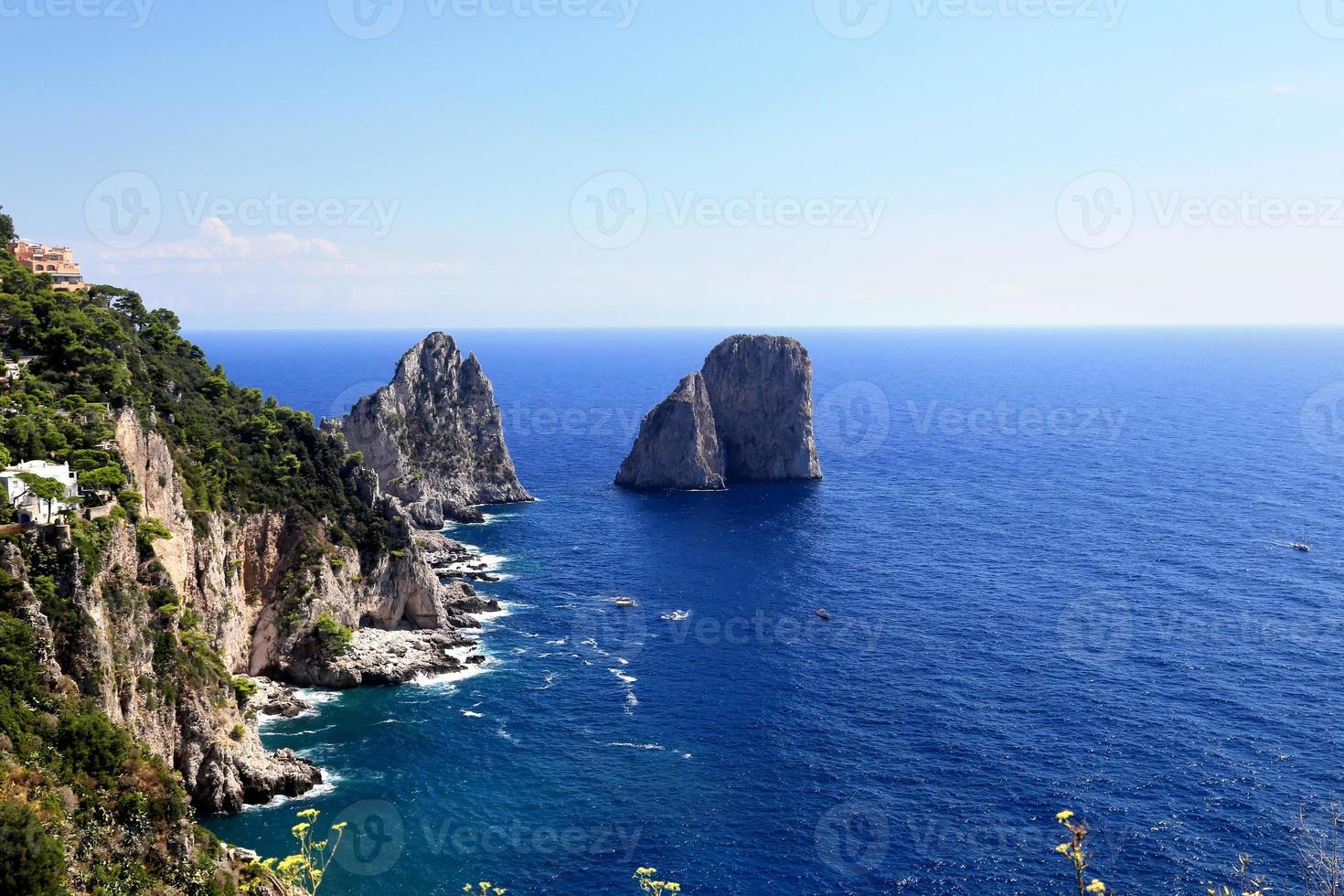 wunderschöne Landschaft der berühmten Faraglioni Felsen auf Capri Insel, Italien. foto