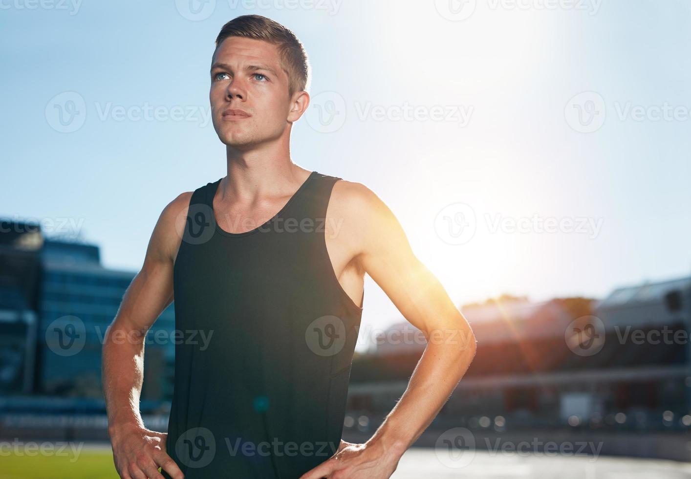 selbstbewusster Läufer auf der Leichtathletik-Rennstrecke foto