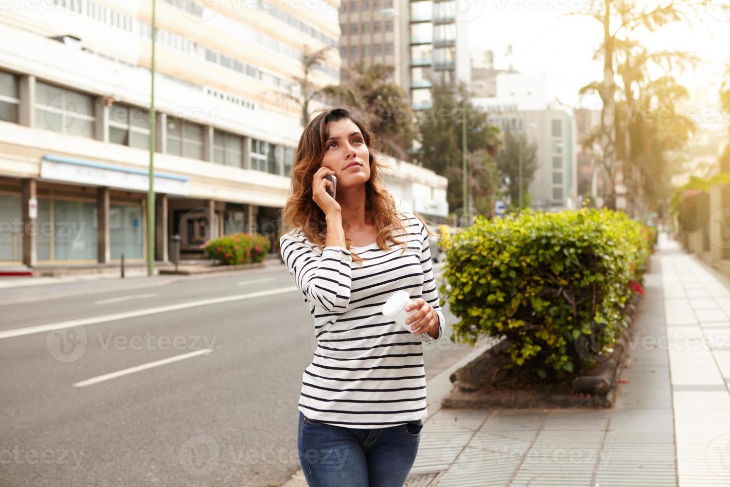 junge Dame, die weg schaut, während sie draußen geht foto