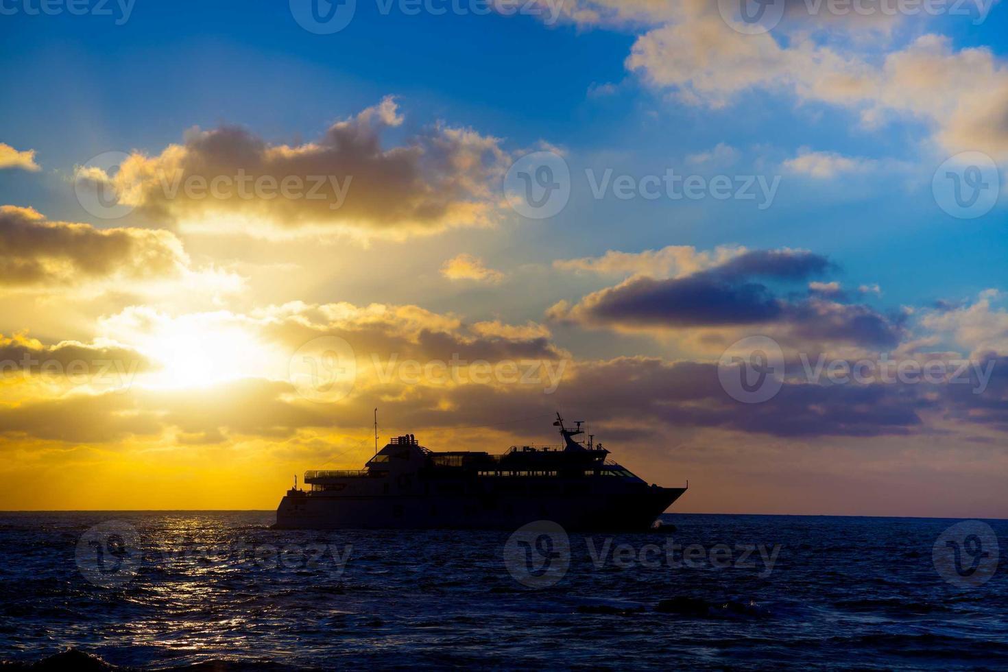 Touristenliner im Meer bei Sonnenuntergang foto