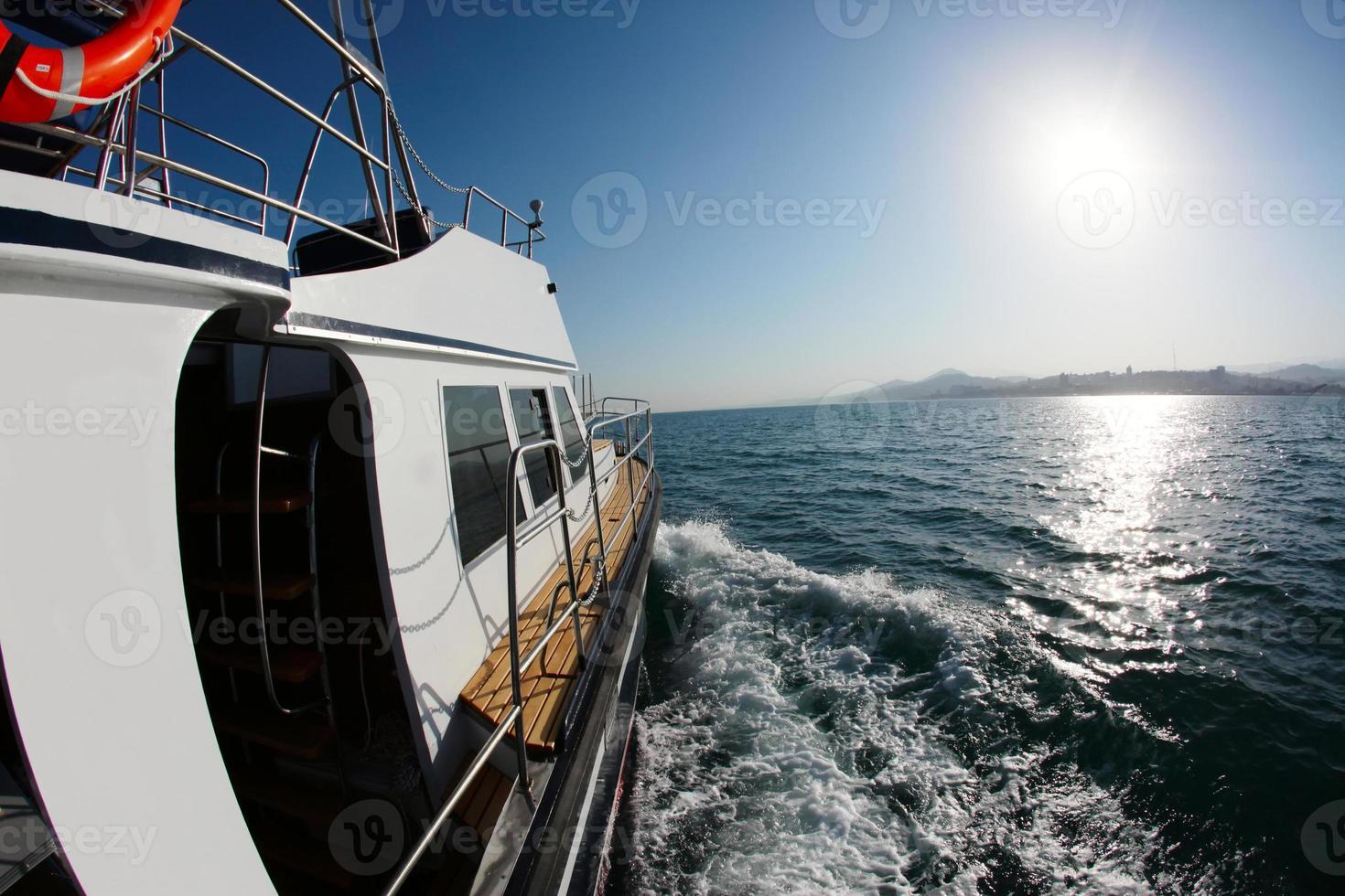 Bootsfahrt auf hoher See foto
