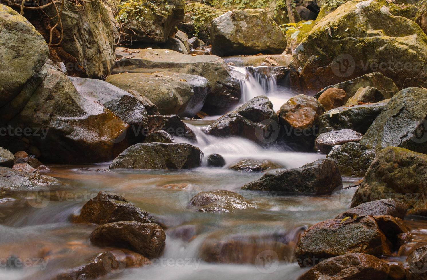 Wasserfall im tiefen Regenwalddschungel am Nationalpark, foto