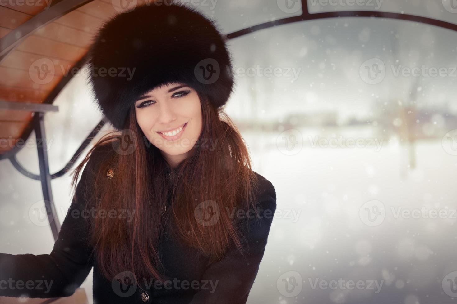 Winterporträt der jungen Frau foto