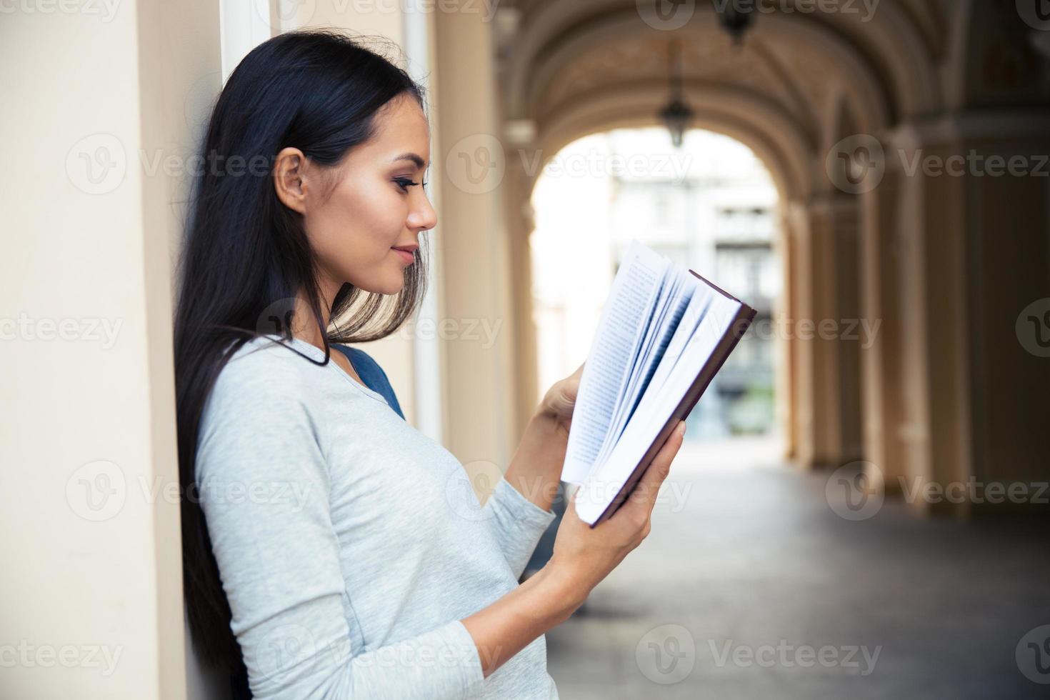 Frau liest Buch im Freien foto