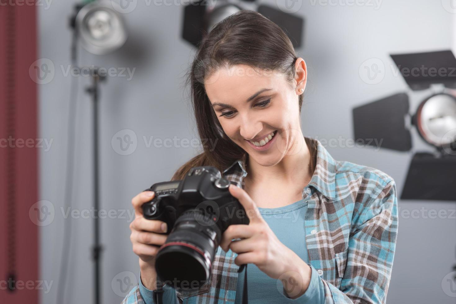 Fotograf posiert in einem professionellen Studio foto