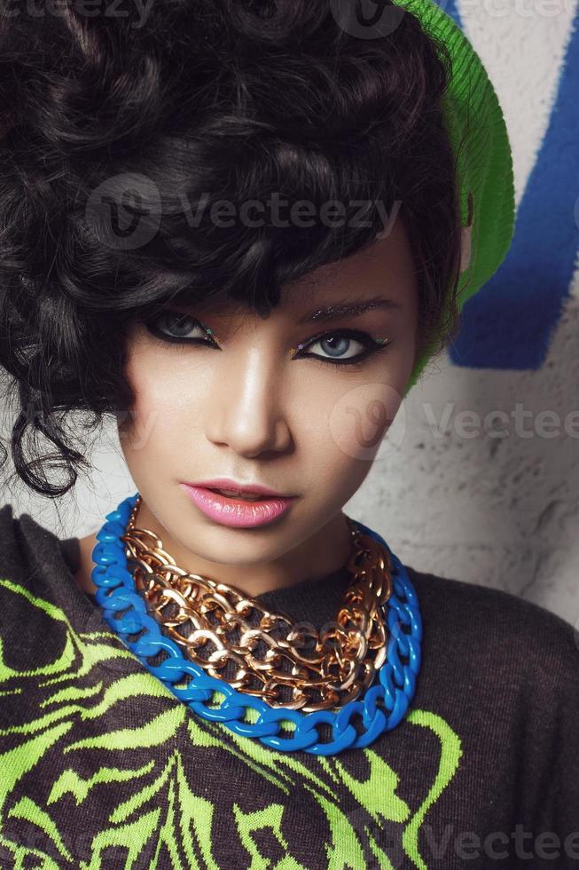 Schönheitsnahaufnahmeporträt des brünetten Mädchens im grünen Hut foto
