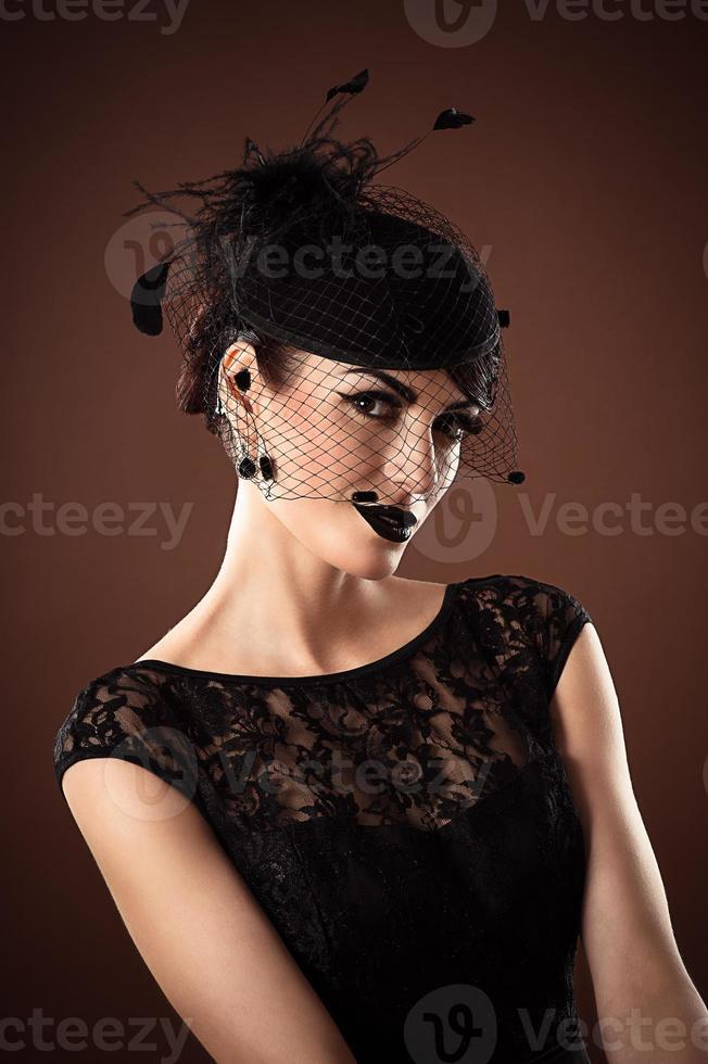 Retro Frau mit einem Schleier auf dem Kopf foto