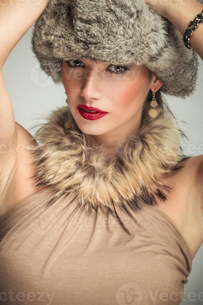 Gesicht einer schönen Frau mit Pelzkragen und Hut foto