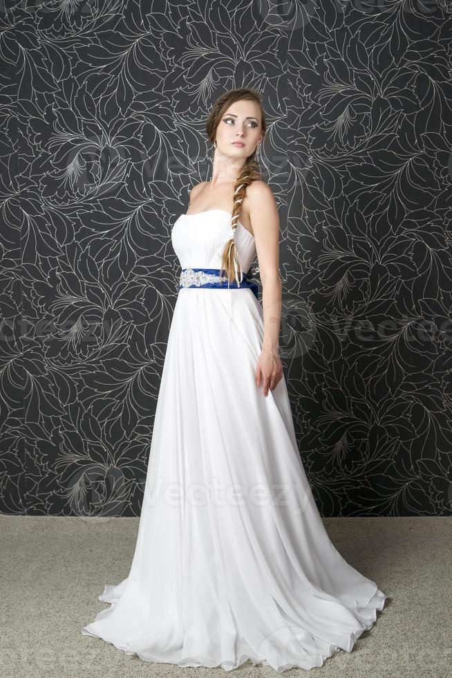 schöne Frau im weißen Hochzeitskleid foto