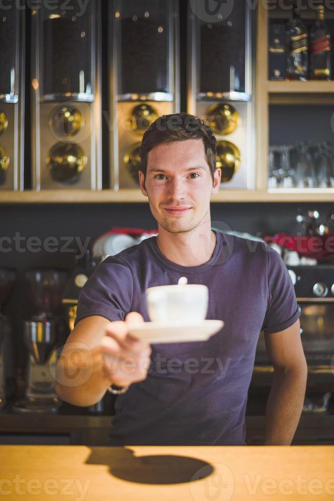 Barkeeper bietet Kaffee an foto