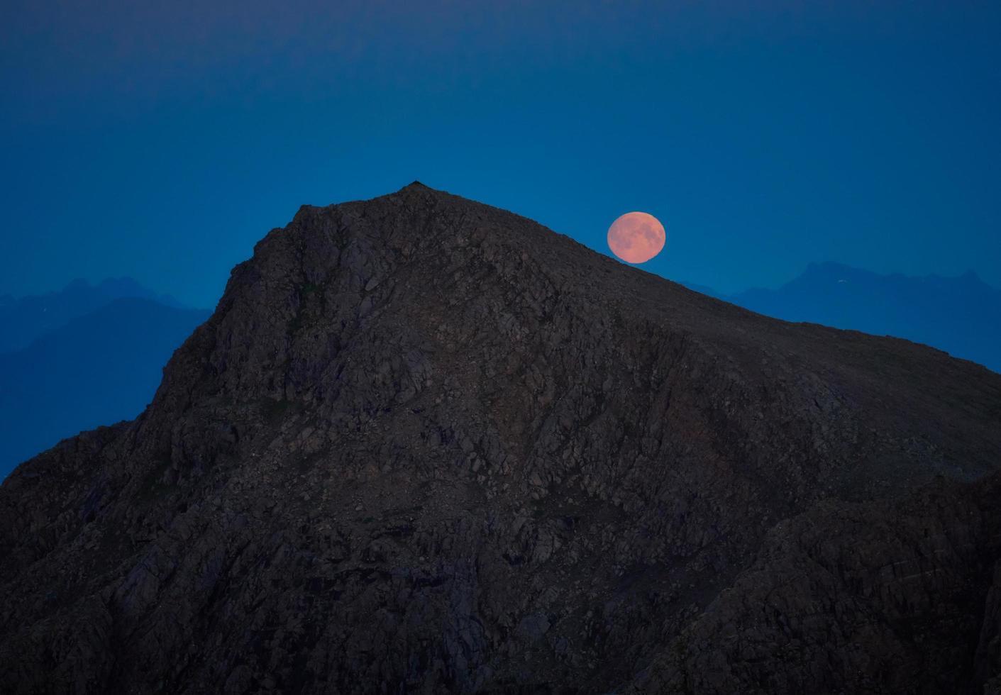 brauner Berg während der Nacht foto