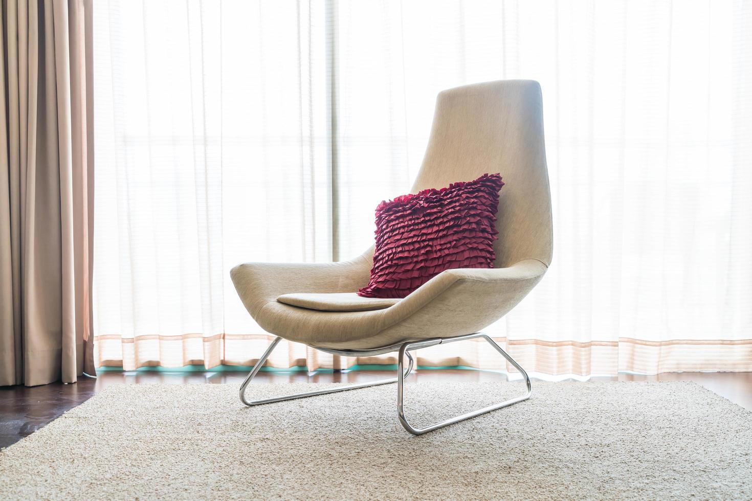 weißer Stuhl mit Kissen im Wohnzimmer foto