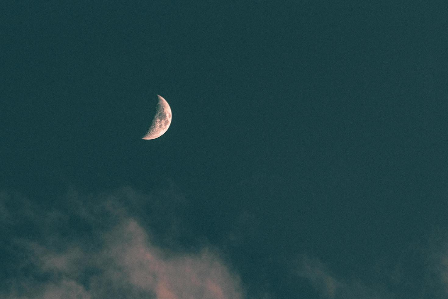 Vollmond im blauen Himmel foto