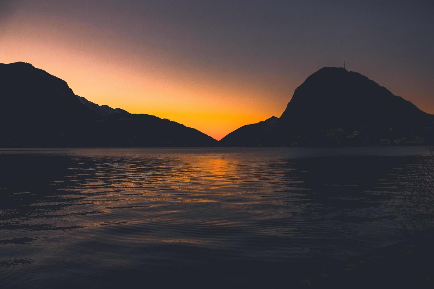 Silhouette der Bergkette foto