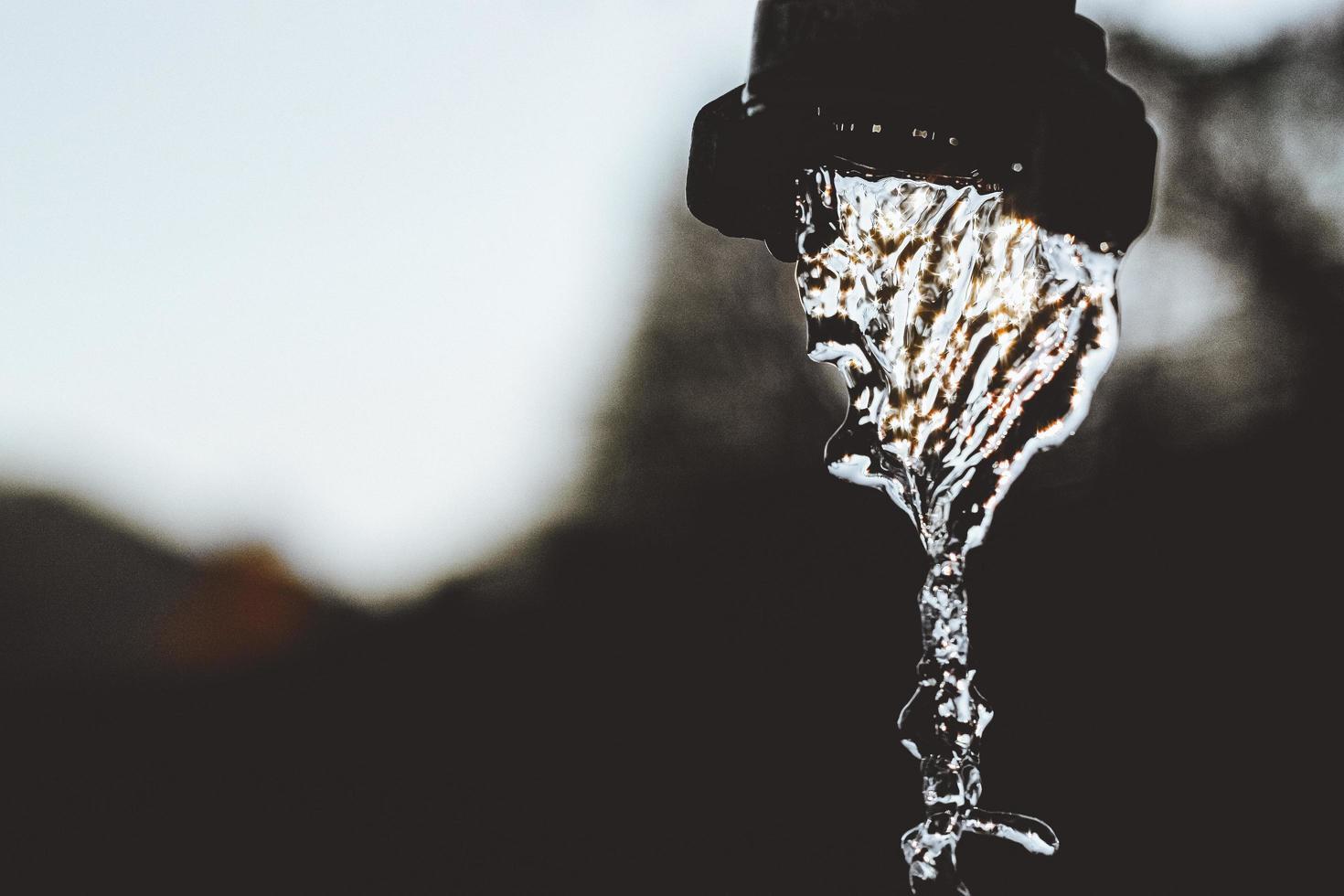 Wasser fällt gegen das Licht foto
