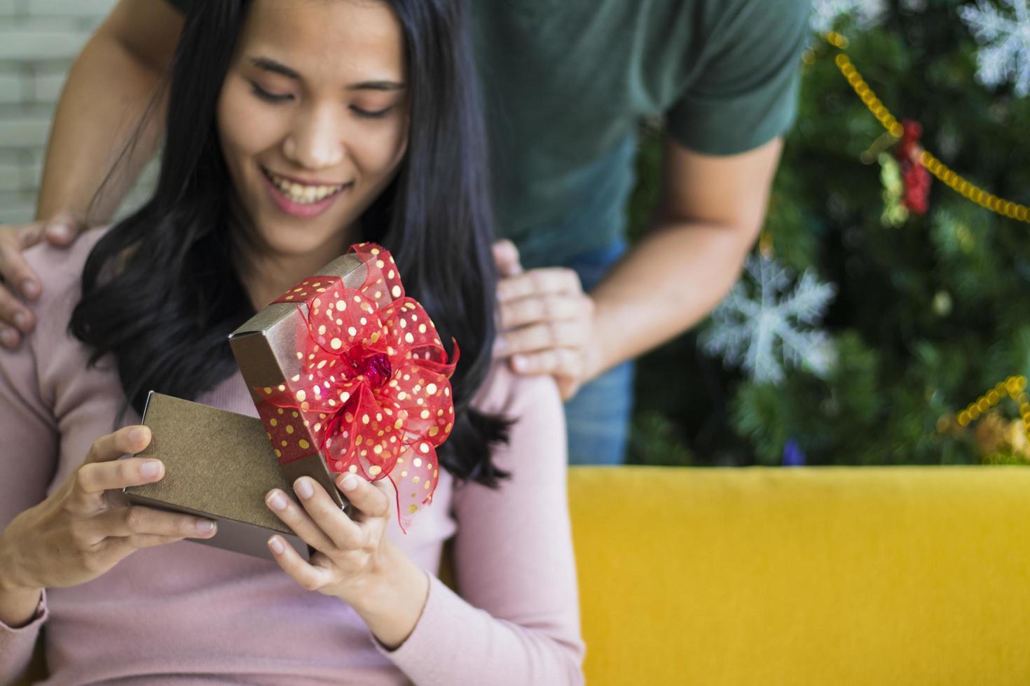 Frau erhält Weihnachtsgeschenk foto
