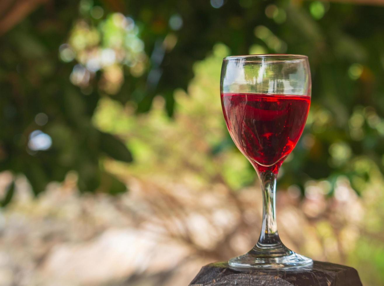 Glas Rotwein draußen foto