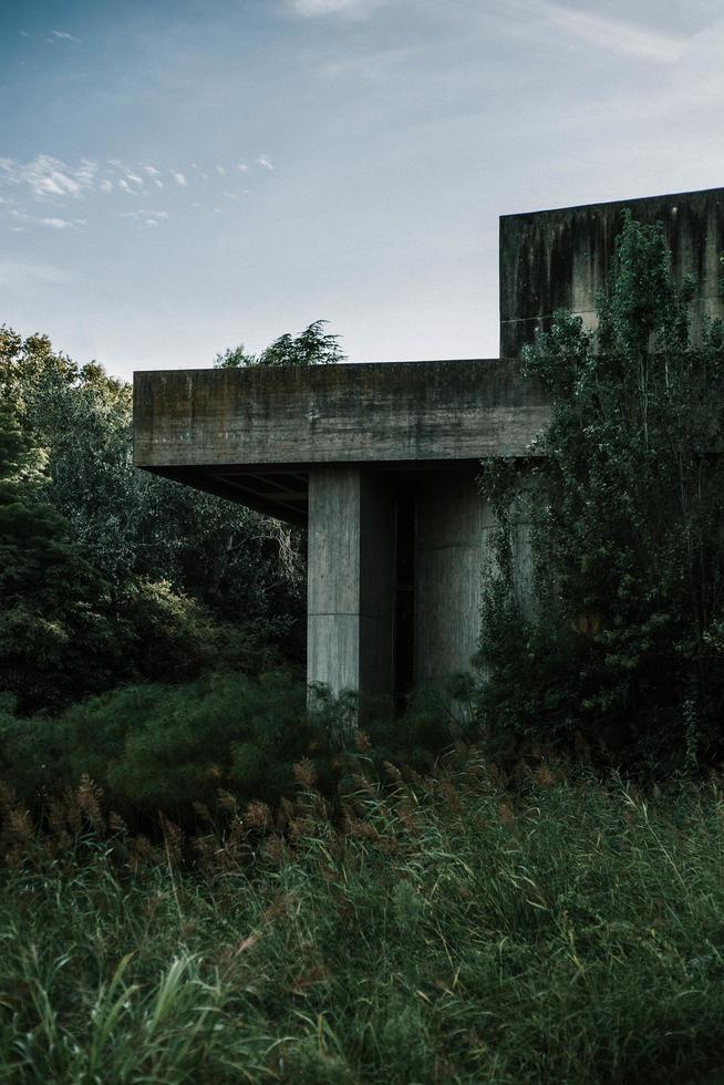 graue Betonkonstruktion foto