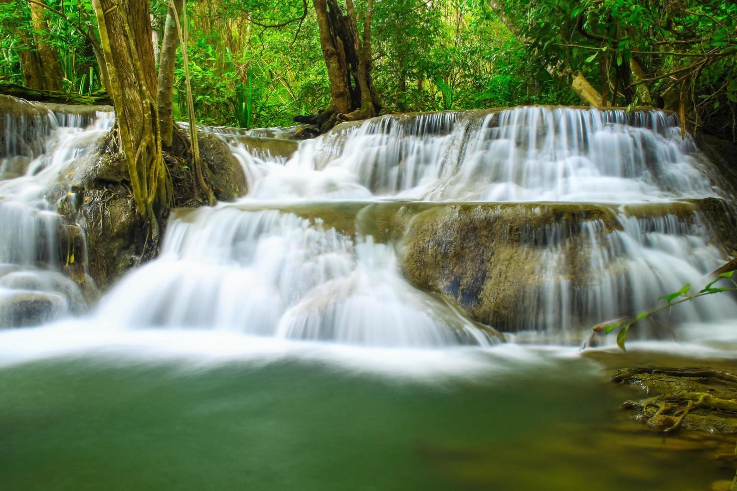 Huai Mae Khamin Wasserfall in einem Wald foto